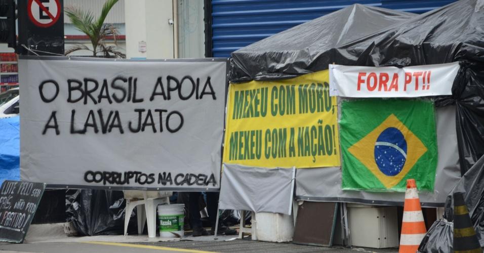 26.mai.2016 - Acampamento de manifestantes em frente à Federação das Indústrias do Estado de São Paulo, na avenida Paulista, em São Paulo (SP), apoia a Operação Lava Jato e a saída definitiva da presidente afastada, Dilma Rousseff
