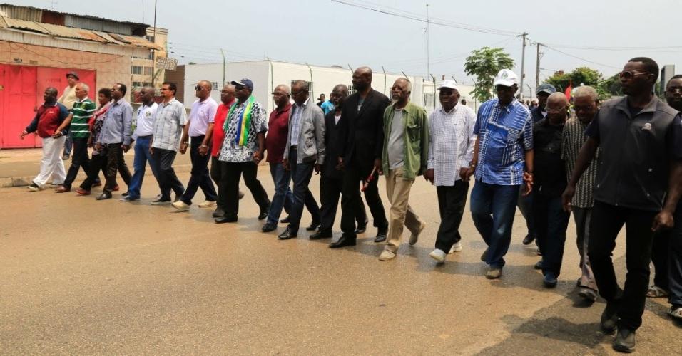 23.jul.2016 - Membros da oposição marcham em Libreville, capital do Gabão, em protesto contra a violência policial que reprime manifestações contra o presidente Ali Bongo Ondimba