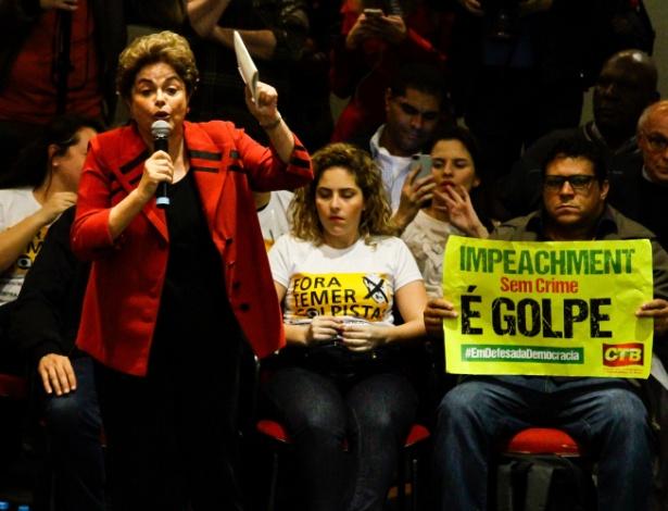 A presidente afastada, Dilma Rousseff, discursa em São Paulo em ato promovido por movimentos sociais