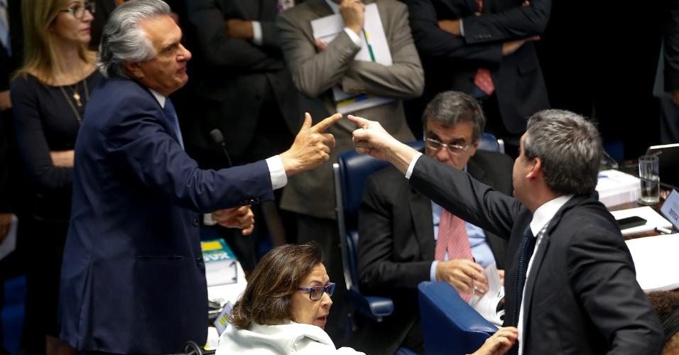 25.ago.2016 - Os senadores Ronaldo Caiado (DEM-GO), à esquerda, e Lindbergh Farias (PT-RJ) trocam acusações no primeiro dia da etapa final do julgamento impeachment da presidente afastada, Dilma Rousseff, no Senado
