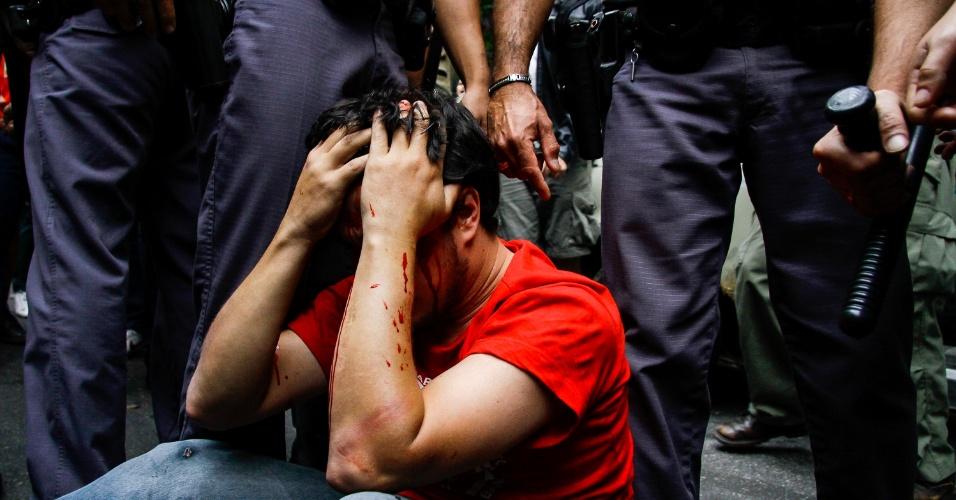 11.set.2016 - Manifestante fica ferido após confusão em protesto contra o presidente Michel Temer em São Paulo. Segundo o MTST (Movimento dos Trabalhadores Sem Teto), o homem ferido chama-se Gabriel Simeone, militante do movimento, e teria sido agredido por policiais militares