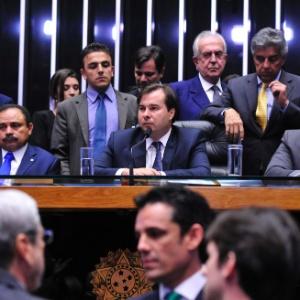 Ao centro, o presidente da Câmara, Rodrigo Maia (DEM-RJ)