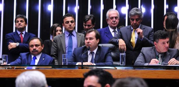 O presidente da Câmara, Rodrigo Maia (centro), durante sessão