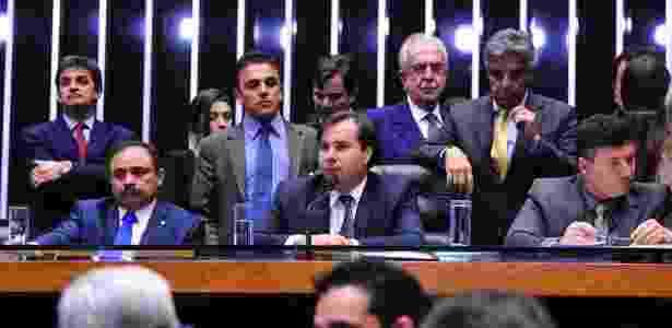 O presidente da Câmara, Rodrigo Maia (centro), durante sessão - Luis Macedo/Câmara dos Deputados