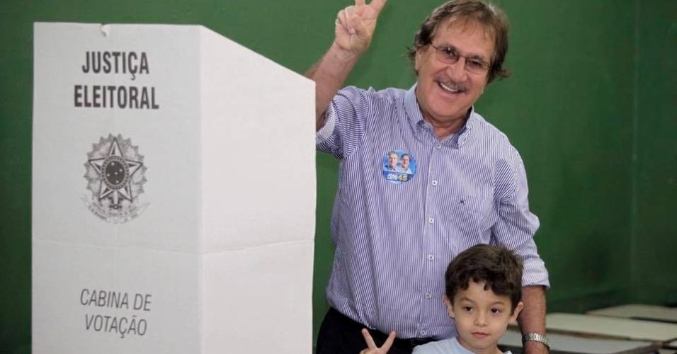 2.out.2016 - Ronaldo Gontijo (PPS), candidato a vice-prefeito de Belo Horizonte na chapa de João Leite (PSDB), vota no colégio Desembargador Rodrigues Campos, no Barreiro