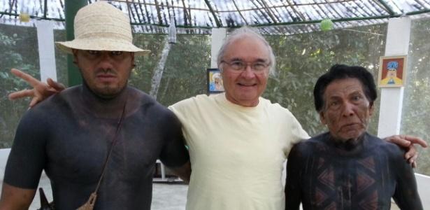 O terapeuta holístico Eduardo Chianca com indígenas da tribo Fulni-ô, em Pernambuco