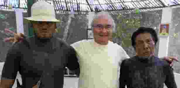 O terapeuta holístico brasileiro Eduardo Chianca Rocha, 66, que foi preso na Rússia por portar chá de ayahuasca; na foto, Chianca com indígenas da tribo Fulni-ô, de Águas Belas (PE), com quem trabalha em terapias - Arquivo pessoal - Arquivo pessoal