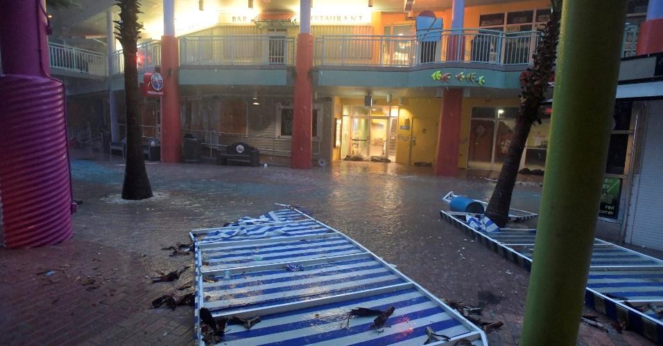7.out.2016 - Fortes ventos provocados pelo furacão Matthew derrubam toldos de shopping em Daytona Beach, Flórida