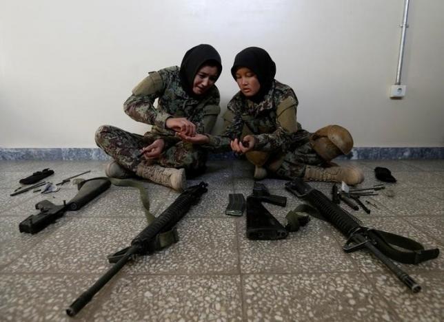 10.nov.2016 - Algumas oficiais, no entanto, podem continuar a ajudar as forças especiais afegãs com missões noturnas. As mulheres são mais sensíveis na identificação de casas, segundo a cultura afegã