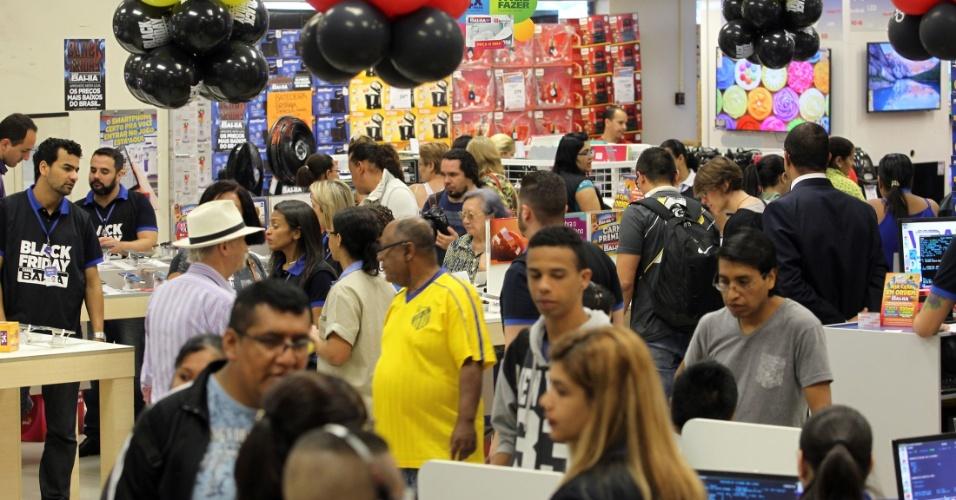 25.nov.2016 -Clientes em busca de descontos da Black Friday em loja na região central de São Paulo, nesta sexta-feira (25)
