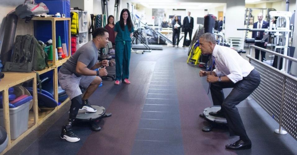 Obama pratica exercícios com John Terry no hospital militar