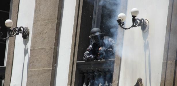 6.dez.2016 - Policiais entram na Igreja de São José, ao lado da Alerj, e atiram da sacada contra servidores que participavam de manifestação