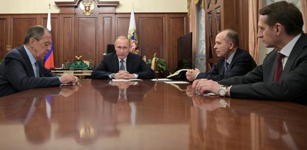 Putin conversa com membros do governo após atentado