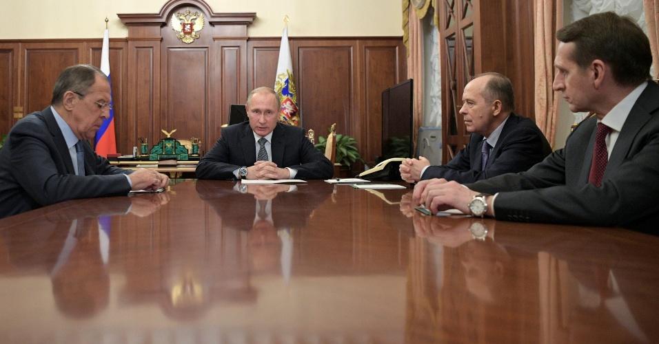 """19.dez.2016 - Presidente russo Vladimir Putin conversa com membros de alta patente do governo após assassinato de embaixador do país em Ancara, na Turquia. Putin chamou o ato de """"provocação"""""""