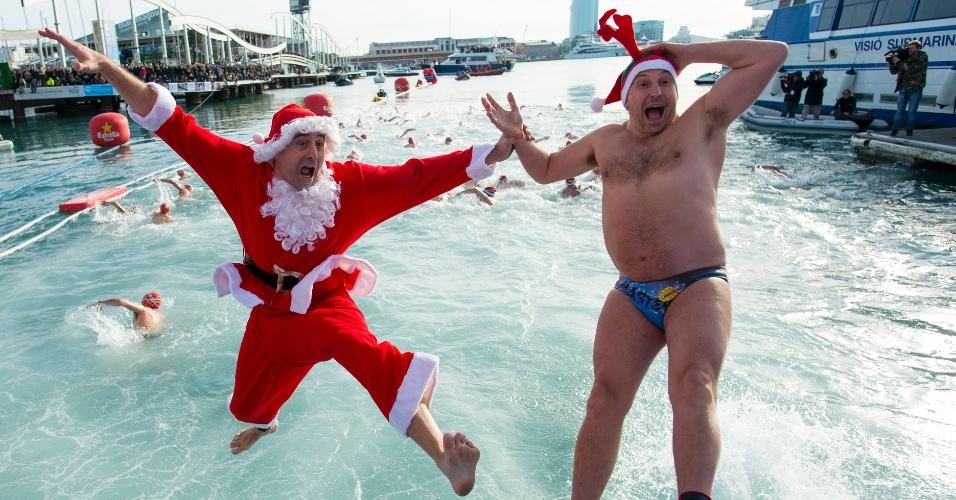 25.dez.2016 - Participantes da ''Copa Natal'' de natação saltam em Port Vell, em Barcelona. Além de saltarem, os cerca de 300 competidores nadaram uma distância de 200 metros