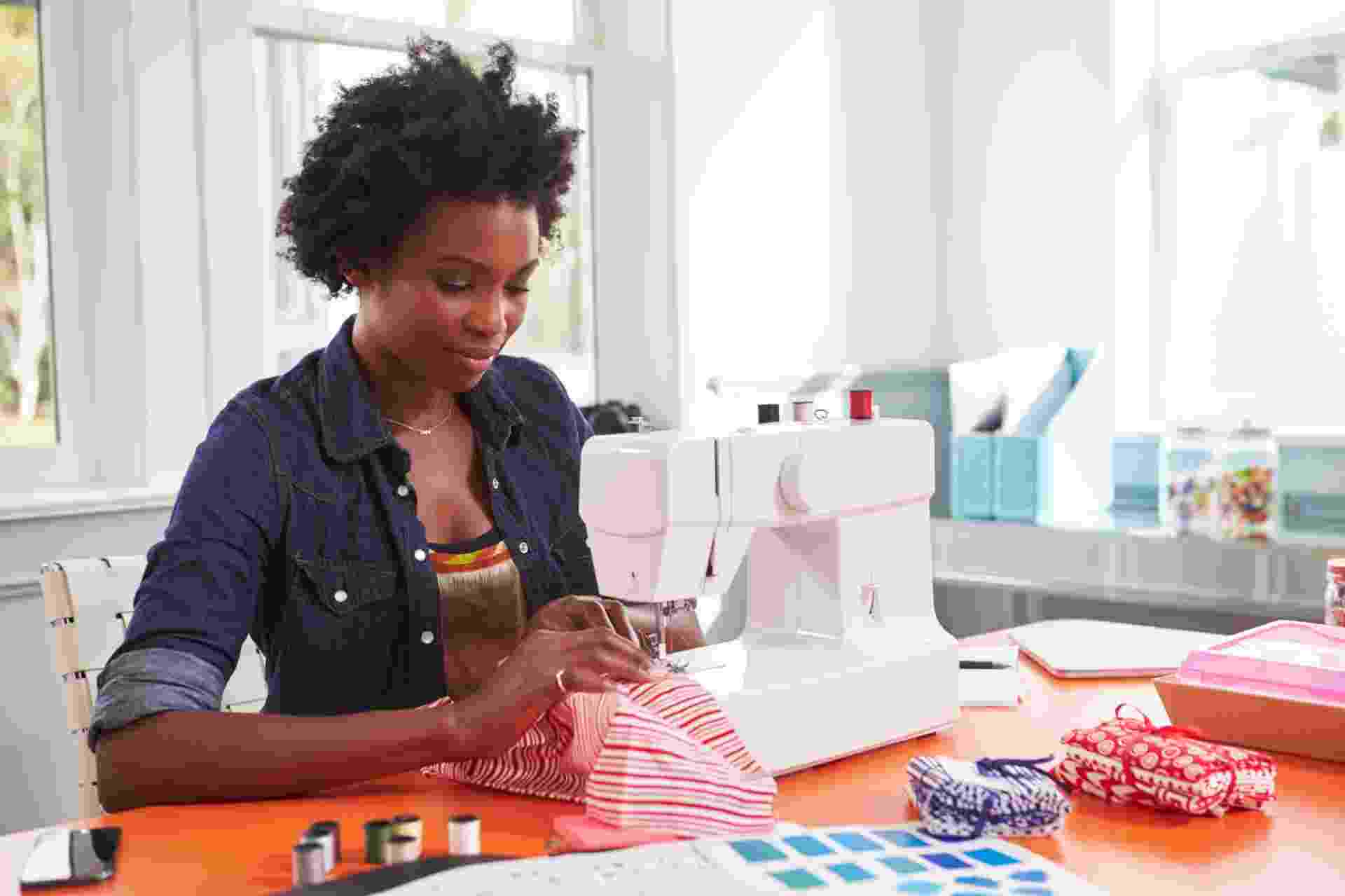 reparos em roupas, costura, costureira, serviços - Getty Images/iStockphoto