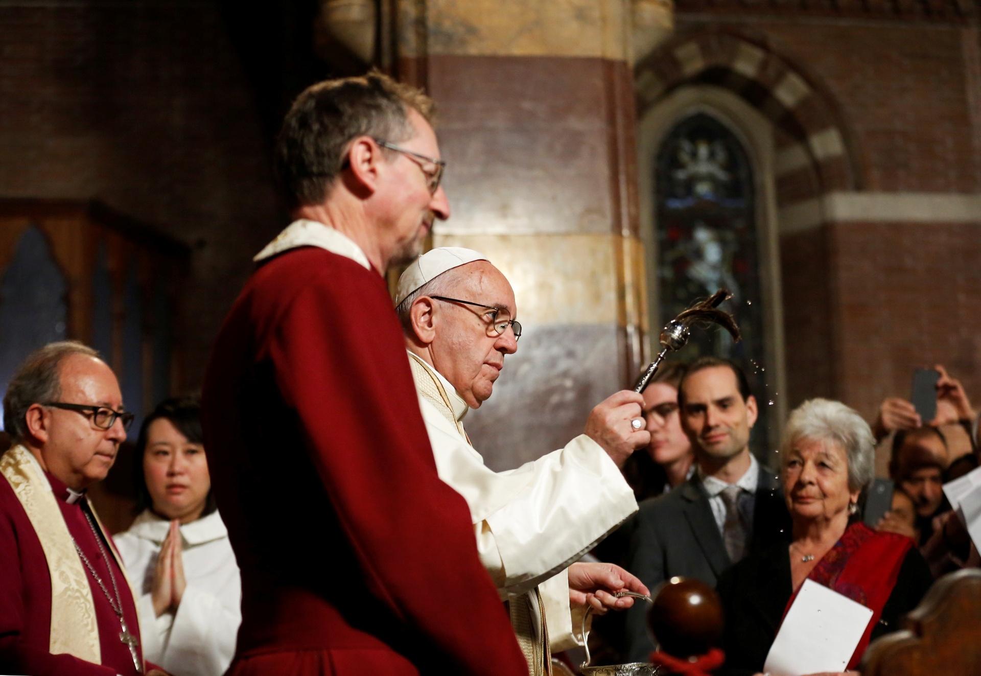 26.fev.2017 - O papa Francisco abençoa fiéis durante visita à Igreja Anglicana em Roma