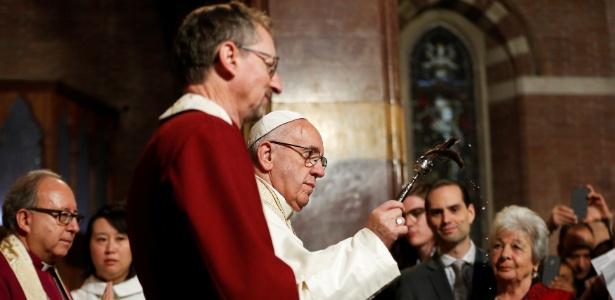 O papa Francisco abençoa fiéis durante 1ª visita à Igreja Anglicana em Roma - Alessandro Bianchi/Reuters