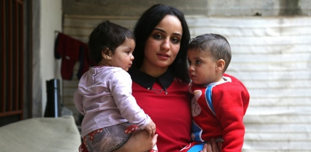 Islam Maytat e seus filhos, na cidade de Qamishli, na Síria