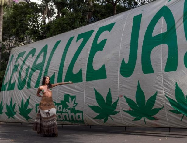 Manifestantes se reúnem no vão livre do Masp, na avenida Paulista, para a Marcha da Maconha