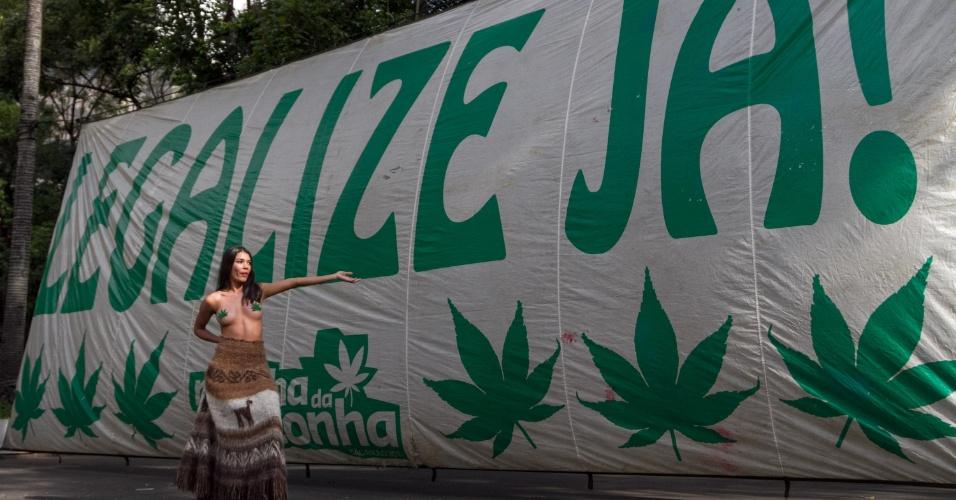 6.mai.2017 - Manifestantes se reúnem na tarde deste sábado (6) no vão livre do Masp, na avenida Paulista, para a Marcha da Maconha. Os participantes reivindicam a legalização da erva para uso medicinal e recreativo