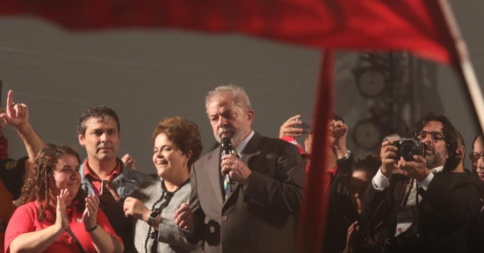 10.mai.2017 - Após 5 horas de depoimento ao juiz Sérgio Moro, Lula faz discurso na praça Santos Andrade, em Curitiba