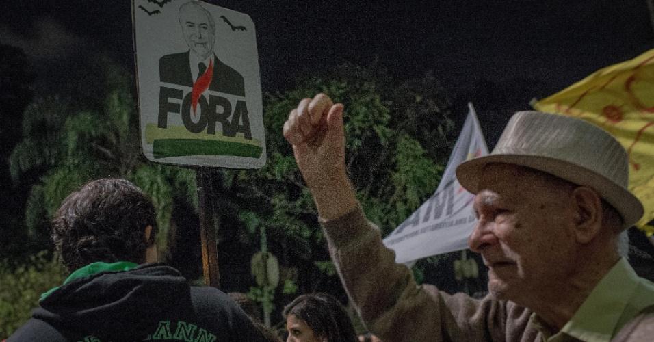 17.mai.2017 - Manifestantes pedem a saída do presidente Michel Temer da Presidência e eleições diretas durante protesto na avenida Paulista, em São Paulo, após acusação de que ele teria dado aval à compra do silêncio do ex-deputado Eduardo Cunha (PMDB)