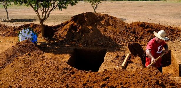O coveiro Valdinei Carço se antecipa e abre novas covas em Colniza (MT) após chacina que matou nove trabalhadores rurais