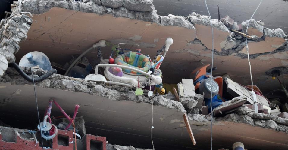20.set.2017 - Carrinho de bebê e brinquedos de crianças são vistos em destroços de prédio destruído após forte terremoto atingir a Cidade do México