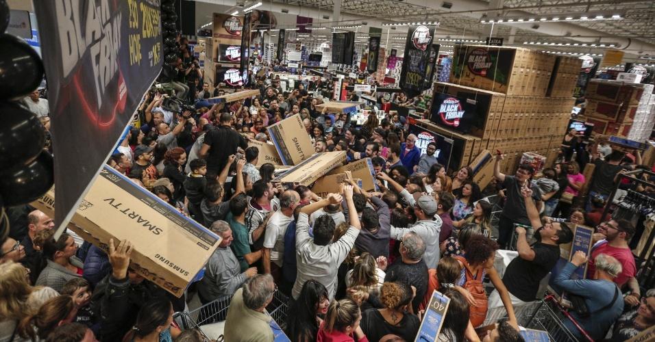 23.11.2017 - Promoções da Black Friday começaram a atrair clientes antes mesmo da sexta-feira. Em uma unidade do hipermercado Extra 24 horas, em Sao Paulo, os consumidores lotaram os corredores na noite de quinta-feira (23)