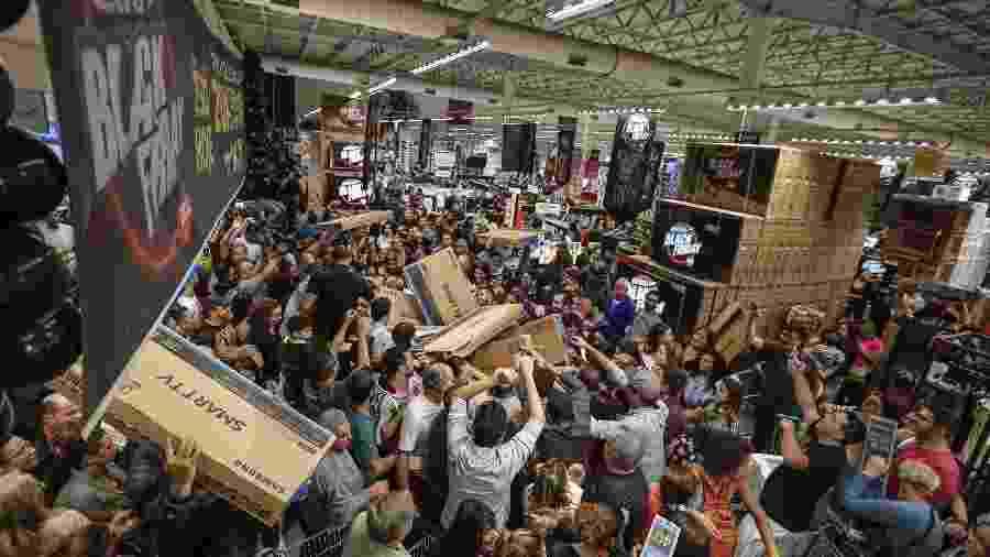Promoção da Black Friday no hipermercado Extra 24 horas, em São Paulo, em 2017 - Suamy Beydoun/Agif