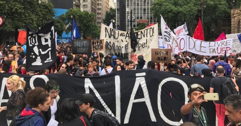 11.jan.2018 - Manifestantes se reuniram na região central de São Paulo na noite desta quinta-feira para protestar contra o aumento do preço das passagens de ônibus, metrô e trem na capital paulista. As tarifas subiram de R$ 3,80 para R$ 4 no último domingo (7). O reajuste, de 5,26%, foi anunciado de forma conjunta pelas gestões do prefeito da capital, João Doria, e do governador Geraldo Alckmin, ambos do PSDB