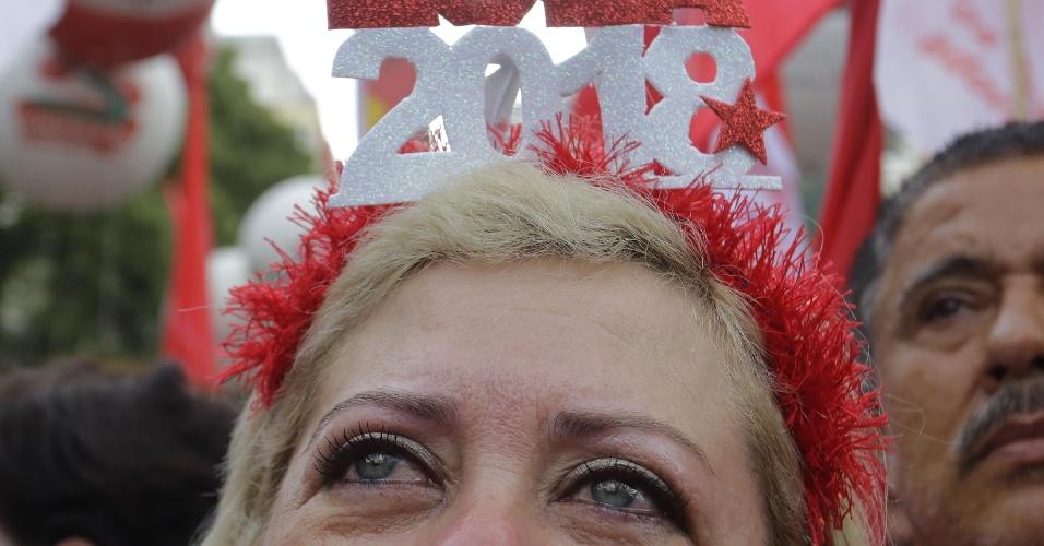 Manifestante chora em ato a favor do ex presidente Lula na Praça da republica em São Paulo
