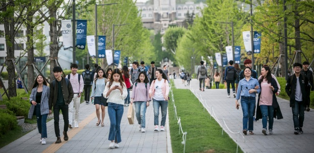 Estudantes na Universidade de Yonsei, em Seul; locais públicos são favoritos para filmar mulheres sem seu consentimento - Jean Chung/The New York Times