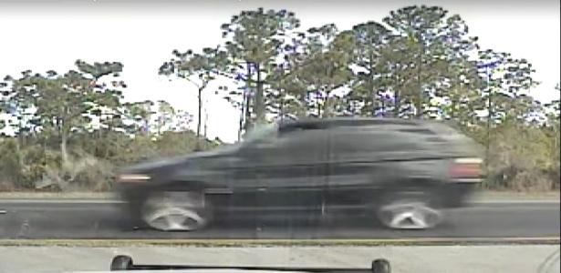 Imagem de câmera da polícia mostra momento em que veículo com acelerador emperrado passa por tapete de pregos em rodovia na Flórida
