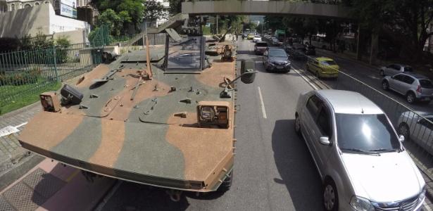 17.fev.2018 - Tanque circula próximo à sede do governo do RJ, onde Temer se reunirá com autoridades neste sábado