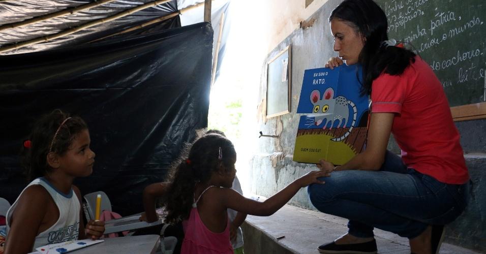 """5.abr.2018 - A professora Josivânia da Silva Lisboa, a Tia Vaninha, dá aula mesmo sem receber salário: """"Só penso em cada um dos meus alunos"""", diz"""
