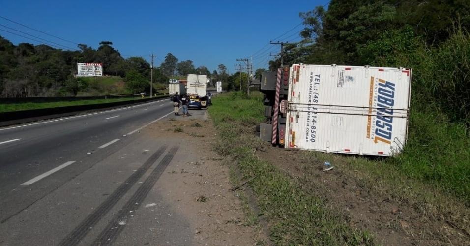 30.mai.2018 - Um caminhão foi apedrejado por motociclistas após tentar deixar o ponto de manifestação na rodovia Régis Bittencourt, em Embu das Artes, na Grande São Paulo, na manhã desta quarta-feira (30). O veículo, que tinha como destino Santa Catarina, tombou e saiu da pista