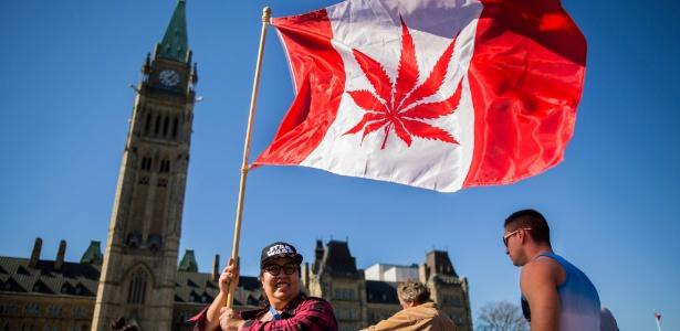 20abr2016---mulher-levanta-bandeira-estilizada-do-canada-com-a-folha-de-maconha-em-ottawa-capital-canadense-1529492631291_615x300.jpg