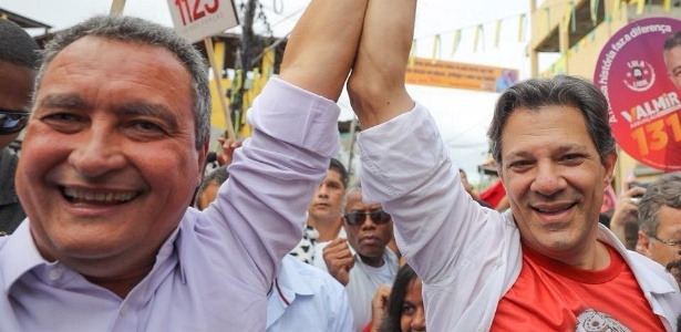 O governador da Bahia, Rui Costa, ao lado de Fernando Haddad, que usa uma camiseta com a imagem de Lula, durante campanha em Salvador