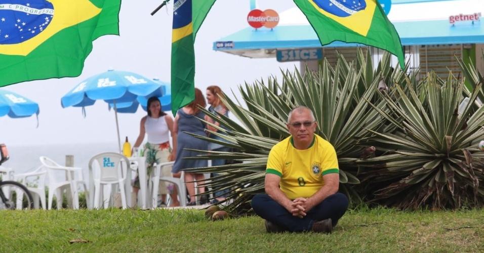 Apoiador de Bolsonaro senta em frente a condomínio de Jair Bolsonaro, na Barra da Tijuca, zona oeste do Rio