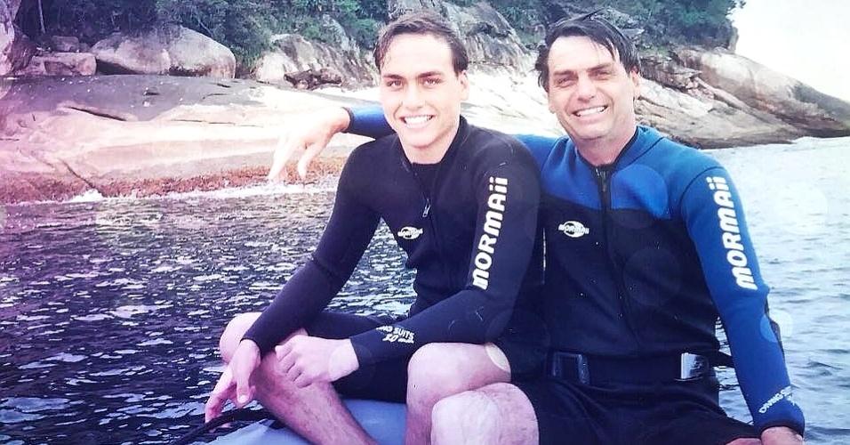 Jair Bolsonaro com seu segundo filho, Carlos Bolsonaro, em imagem de arquivo