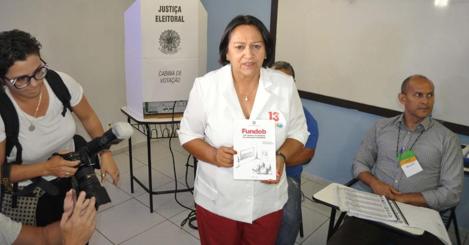 28.out.2018 - Candidata ao governo do Rio Grande do Norte, Fátima Bezerra (PT) vota na Universidade Estácio, na zona sul de Natal