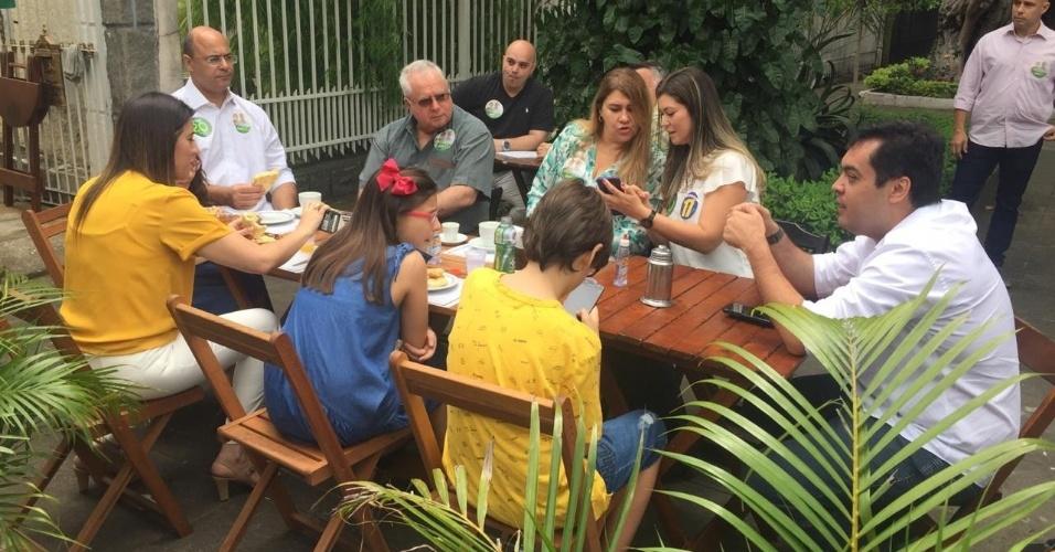 28.out.2018 - Candidato ao governo do Rio de Janeiro, Wilson Witzel (PSC), toma café com a família após votar