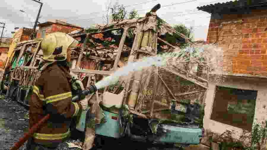 Bombeiros apagam fogo em ônibus incendiado por criminosos em Fortaleza (CE) - JOÃO DIJORGE/PHOTOPRESS/ESTADÃO CONTEÚDO