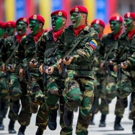 Em um país marcado pela instabilidade política e escassez de bens básicos, militares controlam a importação e distribuição de alimentos - AFP/BBC