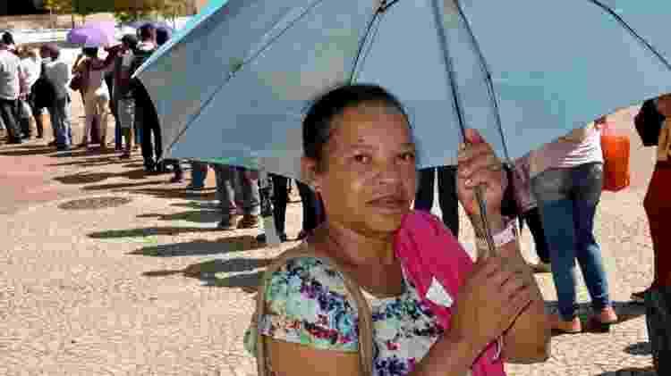 Há um ano desempregada, Carmélia Maria dos Santos, de 60 anos, diz que bicos mal pagam contas de água e luz - Felipe Souza/BBC News Brasil