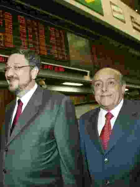 04.abr.2003 - O ex-presidente da Bovespa Raymundo Magliano Filho (dir.) acompanha visita do ex-ministro da Fazenda Antonio Palocci à Bolsa - Caio Guatelli/Folha Imagem