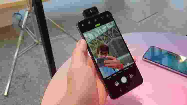 Zenfone 6 tem câmera que pula e gira da traseira para a frente - Rodrigo Trindade/UOL