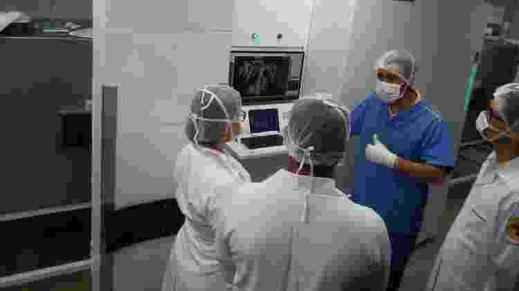 Peritos analisam exame de imagem na sala de necropsia do Instituto Médico Legal de Belo Horizonte - Divulgação/PCMG